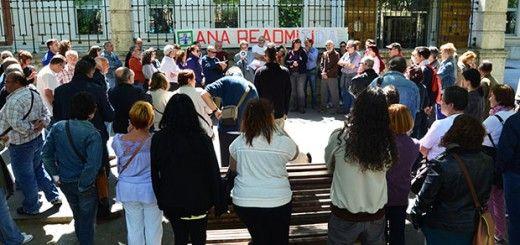 Concentración a las puertas de la Consejería de Sanidad, esta mañana. Foto: Gaspar Francés.