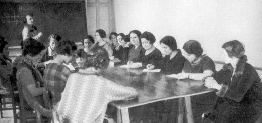 Una clase de María de Maeztu en la Residencia de Señoritas