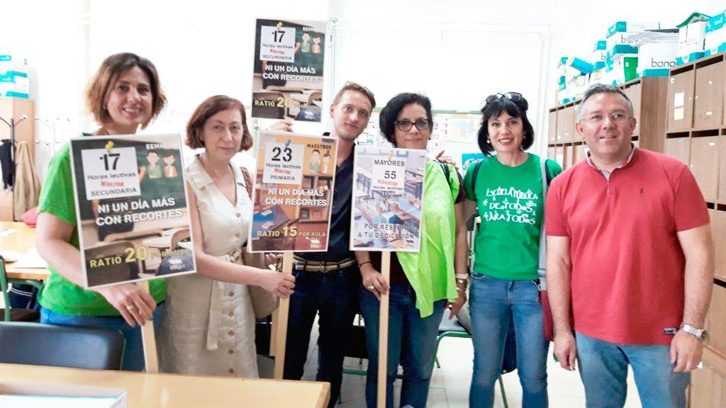 """La delegación provincial del Sindicato de Trabajadores de la Enseñanza de Castilla y León (STECyL) ha iniciado la campaña de los 'martes verdes' que lleva el lema 'Nos movemos. Ni un día más con recortes'. El sindicato convoca concentraciones a las puertas de los centros docentes todos los martes hasta finalizar el curso, como la que se llevó a cabo ayer en el IES La Albuera en la que los participantes portaron prendas verdes. El objetivo de la campaña es """"la recuperación de derechos"""" de los docentes, la reducción de ratios y horario lectivo para mejorar la atención al alumno y reclamar que la Administración negocie con los representantes del profesorado los cambios derivados de la implantación de la jornada de las 35 horas para el curso 2019/2020."""