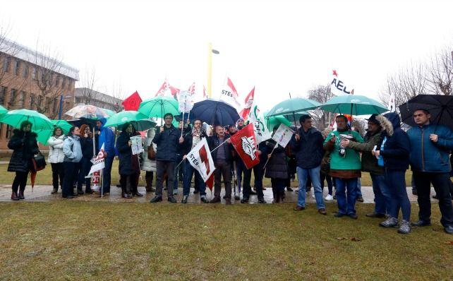 Concentración en el Campus Universitario de Vegazana en contra de los recortes