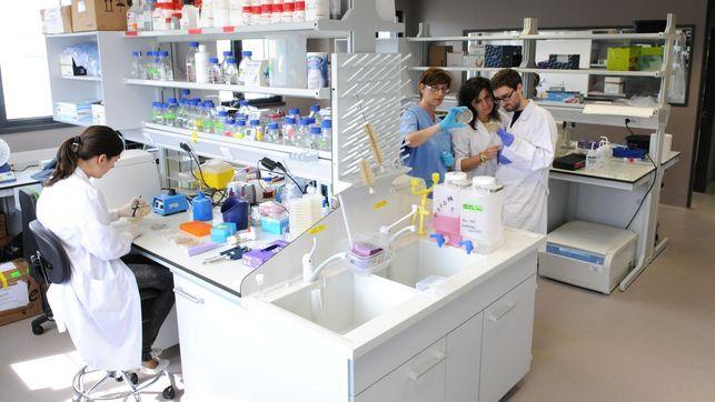 Investigadores del Instituto de Biomedicina y Biotecnología de Cantabria.   J.M. DEL CAMPO