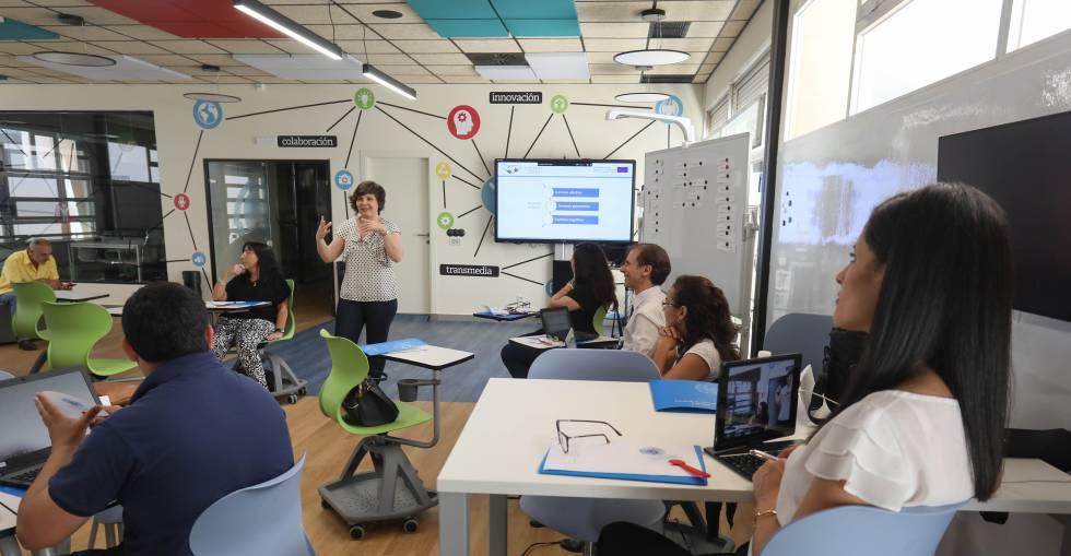 Un grupo de profesores aprende a usar las instalaciones tecnológicas de la Hiperaula de la Complutense. KIKE PARA