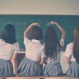 aula-femenina-pizarra