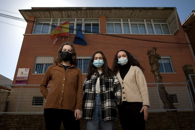 Desde la izquierda, Esther Martín, María Pérez y Paula López, en el instituto público Aliste, en Alcañices (Zamora).VÍCTOR SAINZ