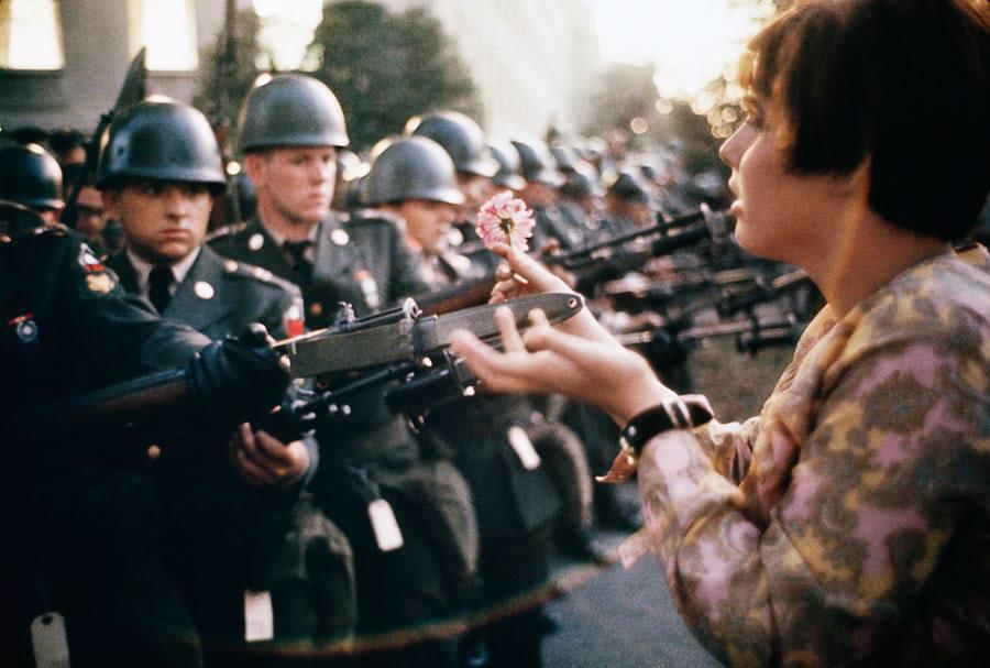 marc-riboud-manifestante-flor-color